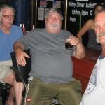 """Menuetin amerikkalainen omistaja Casey Moore (kesk.) vietti iltaa amerikkalaisten ystäviensä kanssa. Kysyttäessä mies kertoi olevansa erittäin tyytyväinen yhteistyöhön niin Pattaya Suomi –seuran kuin Finland Golfinkin kanssa. """"Tämä paikka on koko olemassaolonsa ajan ollut suomalaisten illanviettopaikka, joten miksi korjailla toimivaa konetta"""", Casey ilmoitti."""