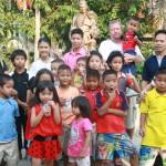 Ryhmäkuva: Näillä lapsilla on koko elämä edessään. Kiitos siitä kuuluu Isä Rayn säätiölle. Luck kuvassa äärimmäisenä vasemmalla. Taustalla isä Rayn patsas.