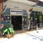 Kustannusosakeyhtiö MaijaGizmo sijaitsee Jomtienin rantakadun soi nelosella. Mediatalon alakerrassa toimii Thaimaan Suomalainen kirjakauppa. Kuvassa vasemmalla näkyvästä ovesta Bonnie & Clyde poistuivat häädön jälkeen 25.12. Toivottavasti kauas pois.