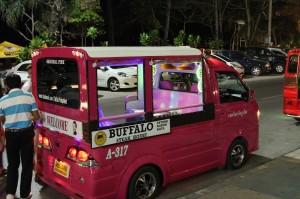 Esimerkiksi Phuketissa lavataksikyyti maksaa 200 bahtia. Se on kymmenkertaisesti Pattayan korotettuunkin hintaan verrattuna.
