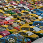 Tyhjiä takseja silmän kantamattomiin. Korotuksenkin jälkeen lavataksi on edelleen edullisin joukkoliikenteen muoto Pattayalla.