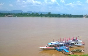 Laivaliikenne Mekong -joella on vilkasta.