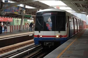 Bangkok Sky Train, eli ilmaratajuna on Metron ohella kaupungin kätevin matkustusmuoto.