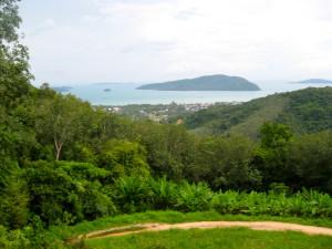 Viidakkopolun varrelta avautui välillä aivan huikeita maisemia yli koko Chalong Bayn.