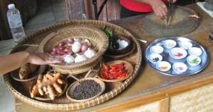 Jos tarjolla on pelkkää riisiä ja kalaa tai kanaa, niin mausteet nousevat tärkeään osaan. Niiden tekemistä päästiin myös katsomaan.