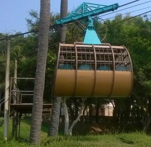 Kaapelihissi Pattaya Parkin rannalta vesipuiston yli näkötornin huipulle alkaa liikennöidä joko kymmeneltä tai sitten, kun ensimmäiset asiakkaat tulevat.