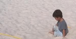 Lentopallokenttien laidalla näen aika usein tämän pikkumiehen täysin tyytyväisenä leikkivän omia leikkejään hiekalla. Liekö jonkun pelastushenkilökuntaan kuuluvan jälkikasvua?