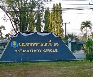 36. sotilaspiirin päämaja kasarmialueineen on aivan kaupungin kupeessa ja sen läsnäolo tuntuu kaikkialla.