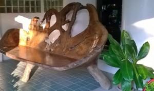 Massiivipuinen sohva made in Phetchabun. Oli yllättävän mukava istua.