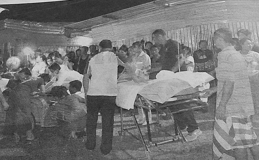 Parakkikylän nuorin asukas on juuri saatettu maailmaan ja sekä äiti että lapsi saavat ambulanssin henkilökunnalta ensiapua ennen kuin matka sairaalaan alkaa. (Kuva: Pattaya Mail)