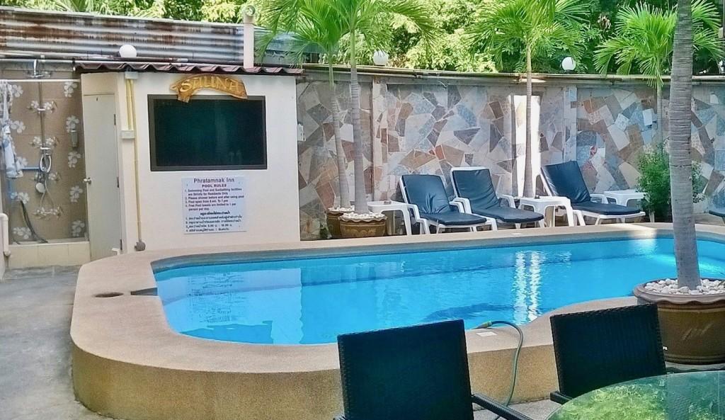 Muistiko kukaan mainita takapihalta löytyvän saunan ja uima-altaan?