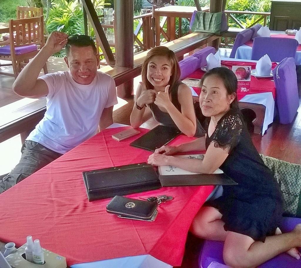 Alkupaloja odotellessa. Iloinen seurue Sugar Hutissa, joka on palanen aitoa Thaimaata keskellä Pattayaa.