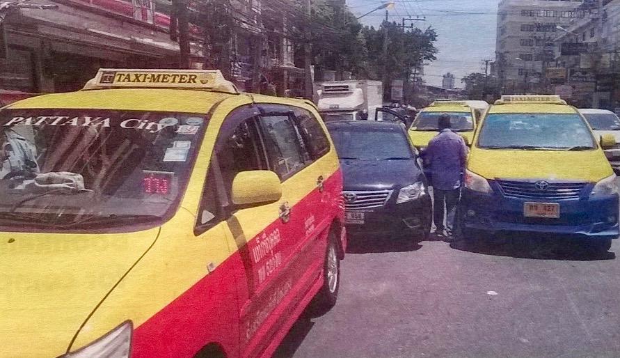 Taksit taistelevat kynsin hampain saavuttamastaan edusta kyniä etenkin ulkomaalaisilta järjettömiä ylihintoja kyydeistään. Kuva Pattayalta.