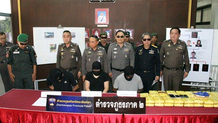 Toukokuun kolmikko ja heidän pidätysoperaatioonsa osallistuneet poliisit.