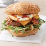 Tältä näyttää aito Srirachaburger kananmunalla vahvistettuna.