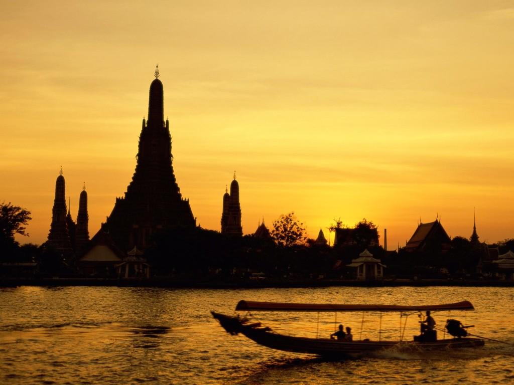 Auringonlaskun aikaan voi vielä tänäkin päivänä kuvitella, miltä muinainen Thonburi on joskus näyttänyt.
