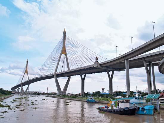 Näille Chao Phraya -joen ylittäville silloille bangkokilaiset pysäköivät autojaan viime tulvien aikana.