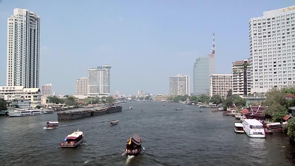 Chao Phraya -joki on kautta historian tuonut vaurautta Bangkokin ja sitä ennen Thonburin seudulle, mutta nyt sen pelätään tuovan tuhon.