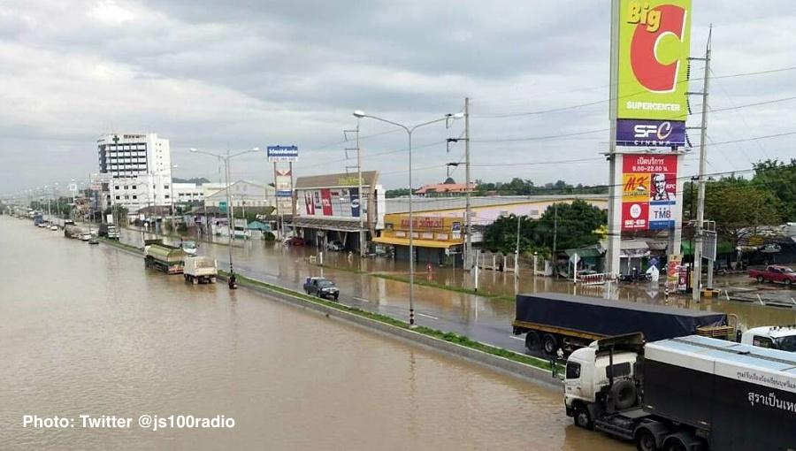 Raskas liikenne sai jatkaa matkaa suoraan Bangkokia kohti. Etelään päin kulkeva nelostien osuus on sen verran ylempänä, että sitä pitkin liikenne sujui.