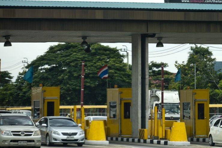 Esimerkiksi näitä hommia Thaimaassa riittää. Ei vaadi kummoista koulutusta.