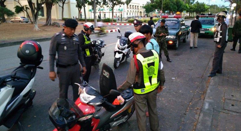 Phuketin poliisi tarkistamassa mopoja ja niiden kuskeja. (Kuva: Phuket News)